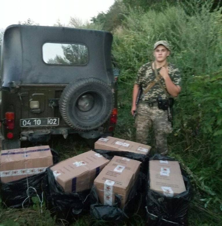 На Закарпатті прикордонники виявили велику партію контрабандних цигарок: фото, фото-4