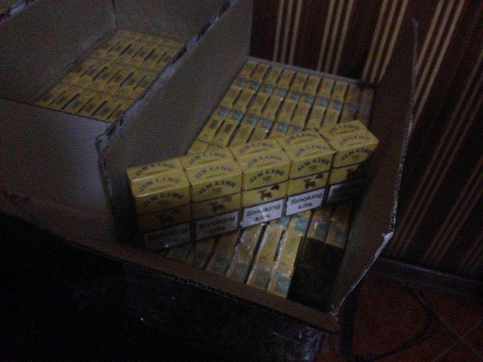 На Закарпатті прикордонники виявили велику партію контрабандних цигарок: фото, фото-1