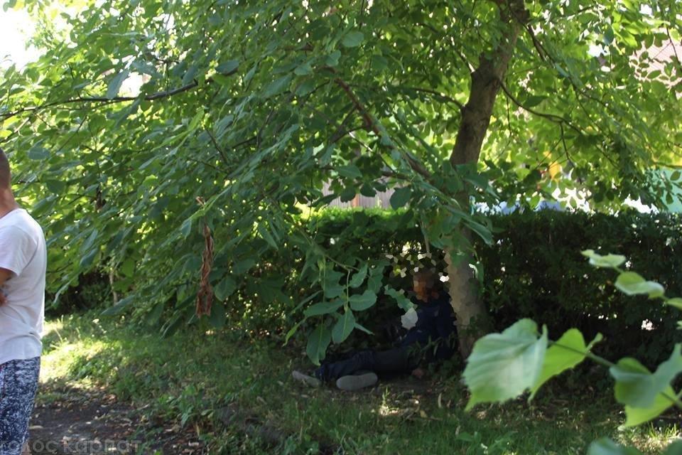 У центрі Виноградова перехожі натрапили на тіло повішеного чоловіка: фото, фото-1