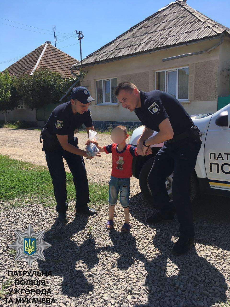 У Мукачеві патрульні натрапили на переляканого 5-річного хлопчика, який не розмовляв і не міг знайти батьків: фото, фото-3