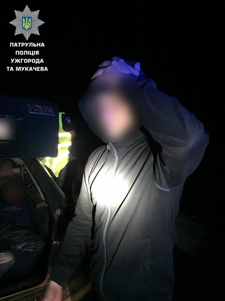 В Ужгороді затримали чоловіка з балаклавою, який серед ночі у багажнику перевозив нелегалів: фото, фото-3