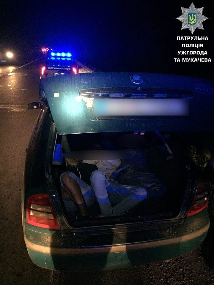В Ужгороді затримали чоловіка з балаклавою, який серед ночі у багажнику перевозив нелегалів: фото, фото-1