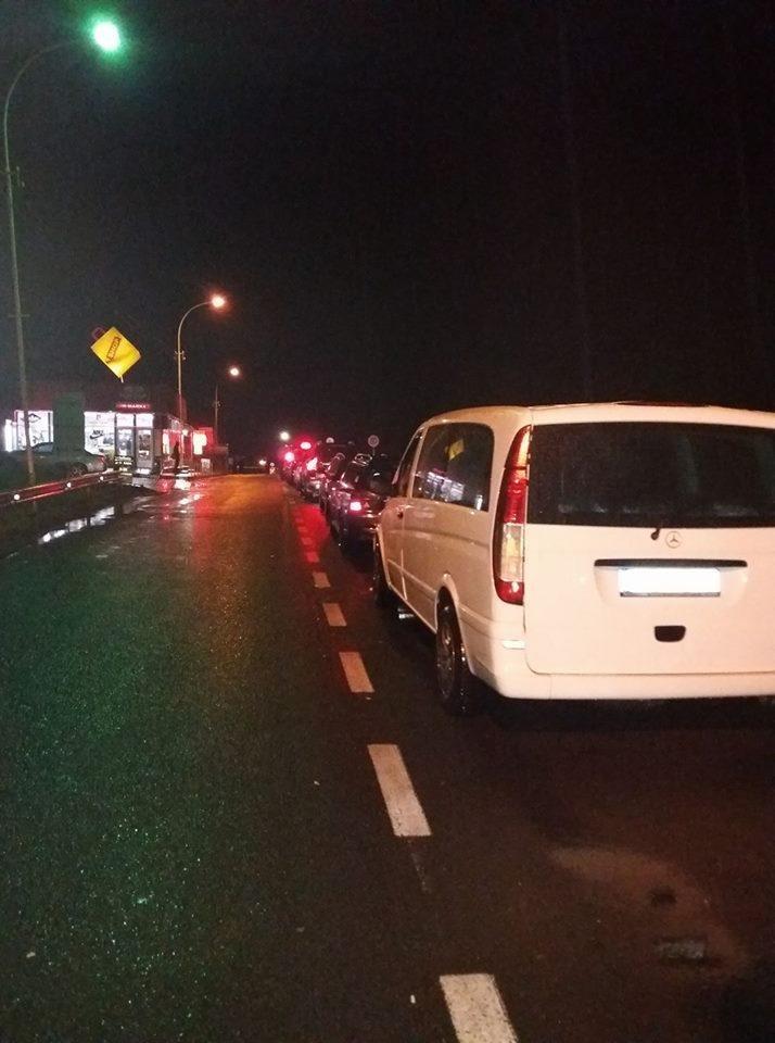 Як ужгородці зустрічали світанок у черзі із авто на кордоні зі Словаччиною: фото, фото-1