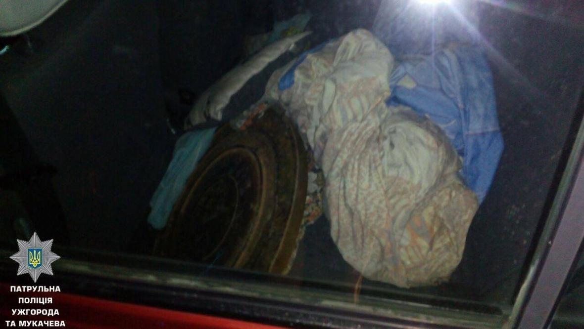 Патрульні опублікували фото подружжя, яке крало люки в Ужгороді, фото-5