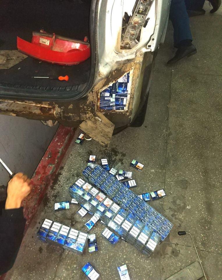 Закарпатські митники спіймали угорця, який у тайниках перевозив цигарки: чоловік залишився без авто (ФОТО), фото-1