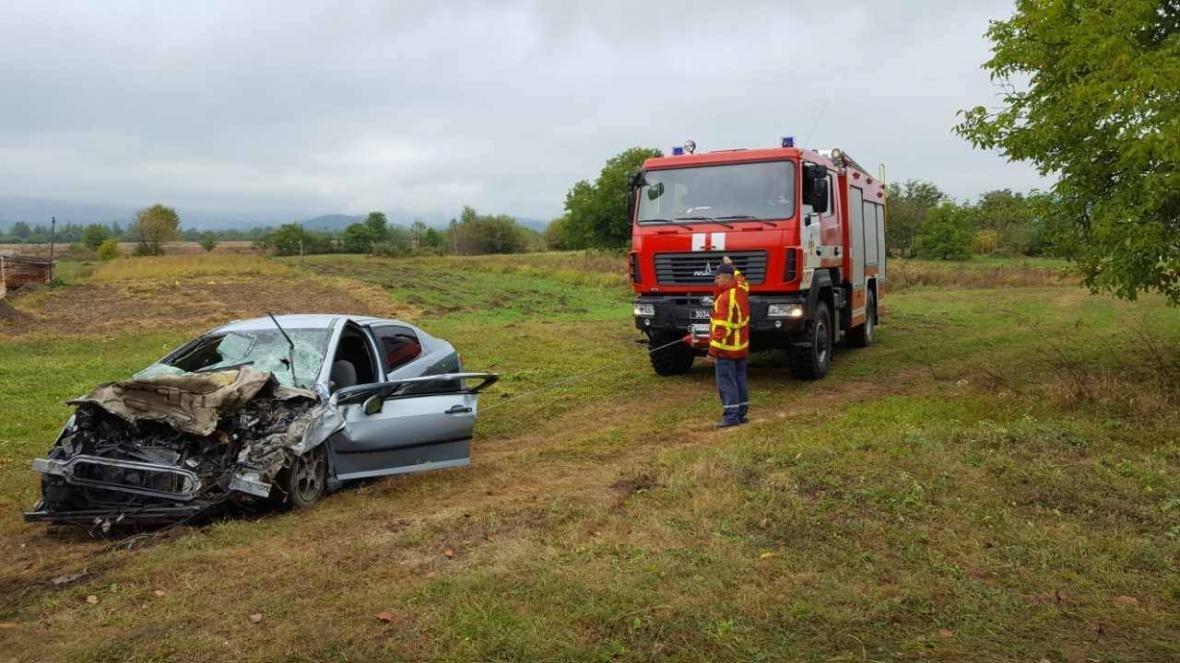 Біля Хуста вантажівка врізалась у Peugeot: пасажир загинув, ще двох госпіталізували (ФОТО), фото-3
