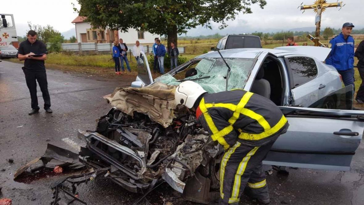 Біля Хуста вантажівка врізалась у Peugeot: пасажир загинув, ще двох госпіталізували (ФОТО), фото-4