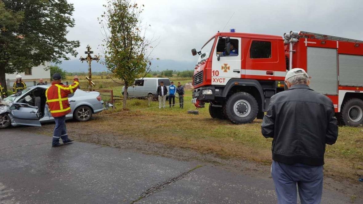 Біля Хуста вантажівка врізалась у Peugeot: пасажир загинув, ще двох госпіталізували (ФОТО), фото-5