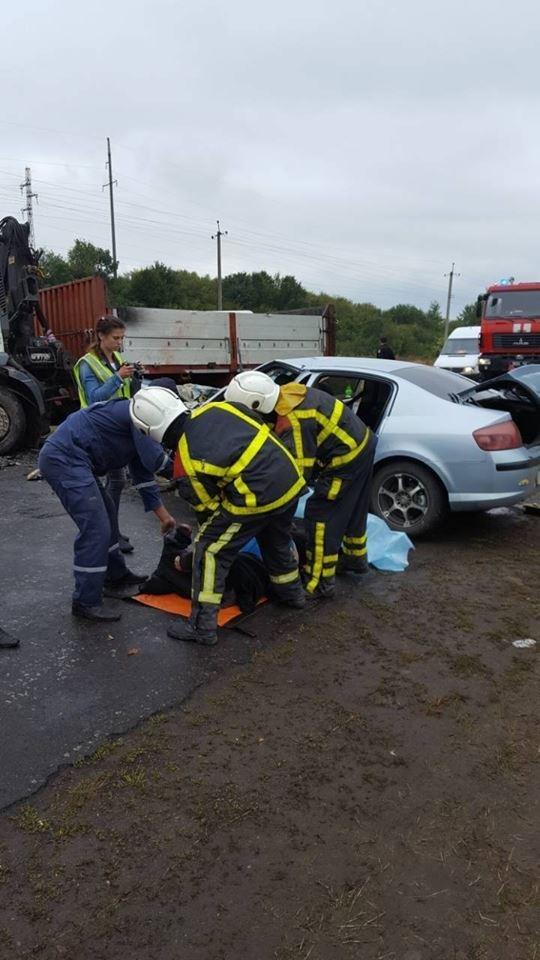 Біля Хуста вантажівка врізалась у Peugeot: пасажир загинув, ще двох госпіталізували (ФОТО), фото-1