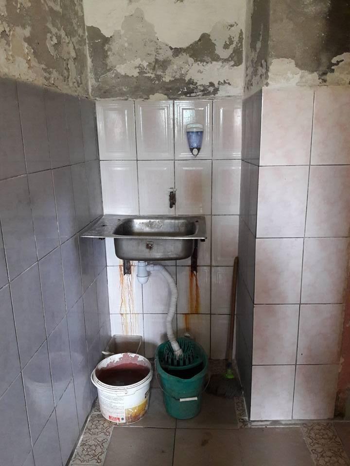 Цілковита антисанітарія: як виглядає громадський платний туалет у центрі Ужгорода (ФОТО), фото-2