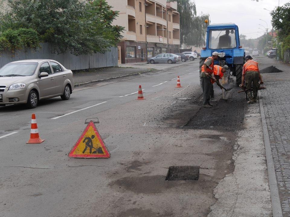 Як на Грушевського комунальники віддирали з дороги старий асфальт: фото, фото-4