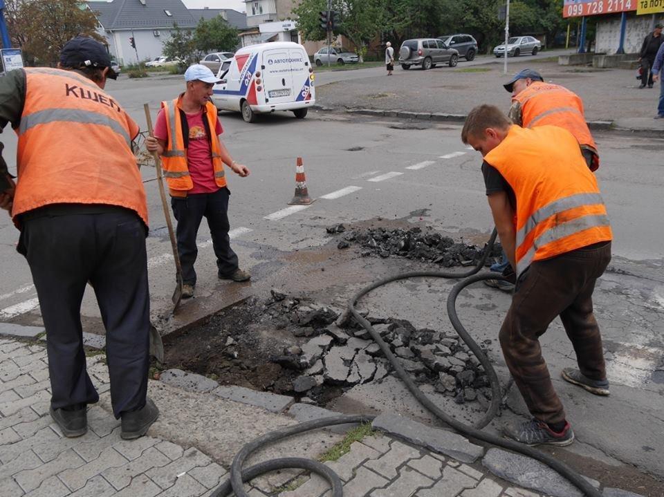 Як на Грушевського комунальники віддирали з дороги старий асфальт: фото, фото-3