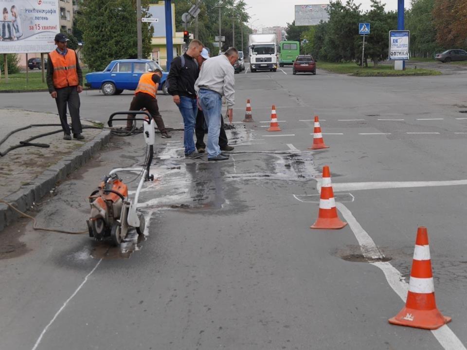 Як на Грушевського комунальники віддирали з дороги старий асфальт: фото, фото-1