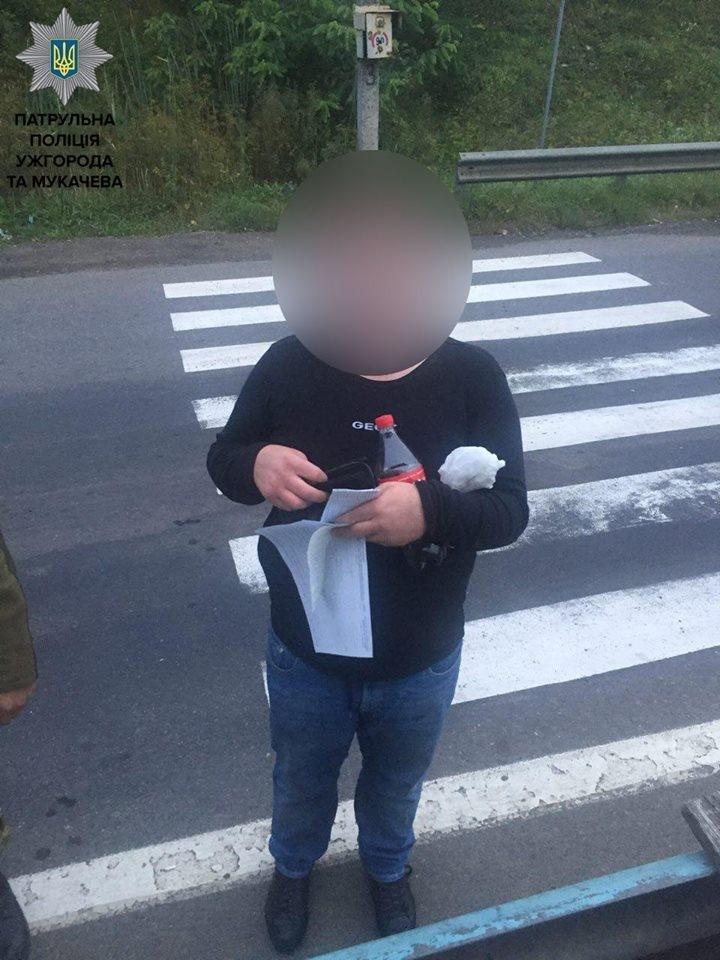 На Закарпатті патрульні затримали двох нелегалів та їхнього водія: фото, фото-3