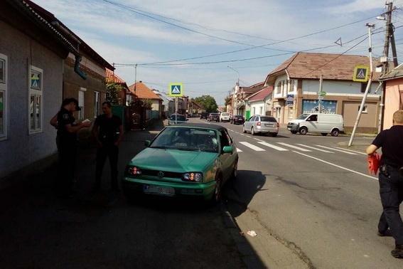 """У Мукачеві """"Фольксваген"""" на переході збив 15-річну дівчину: у потерпілої численні травми (ФОТО), фото-1"""