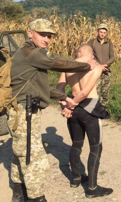 Закарпатські прикордонники затримали юнака у гідрокостюмі, який через Тису переправляв у Румунію цигарки (ФОТО), фото-1