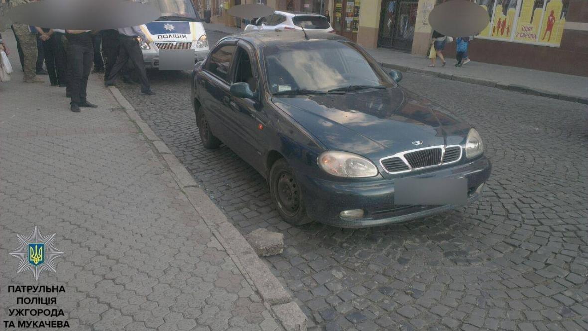 """Побив """"муніципала"""" і кинув каменем у авто: деталі затримання дебошира у Мукачеві (ФОТО, ВІДЕО), фото-4"""