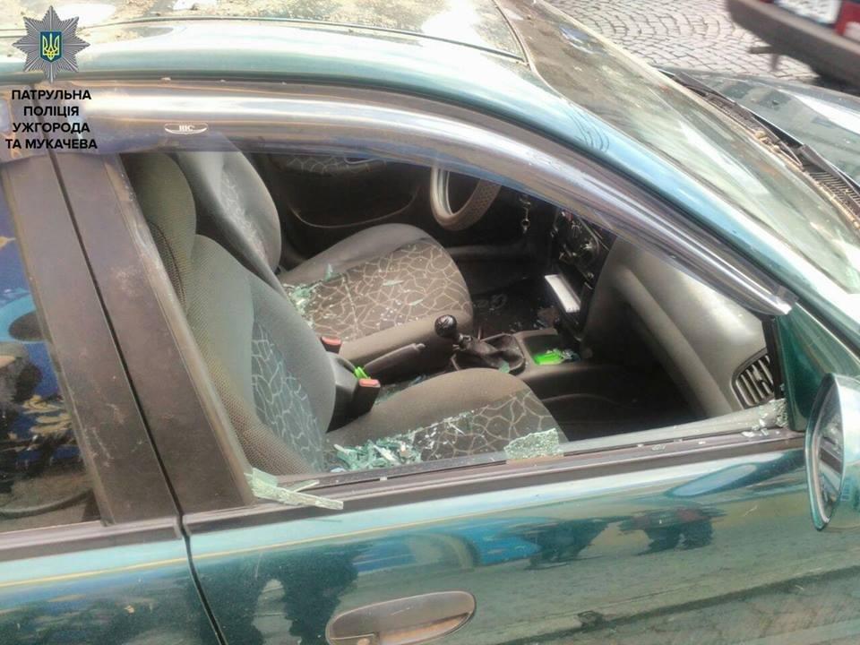 """Побив """"муніципала"""" і кинув каменем у авто: деталі затримання дебошира у Мукачеві (ФОТО, ВІДЕО), фото-3"""