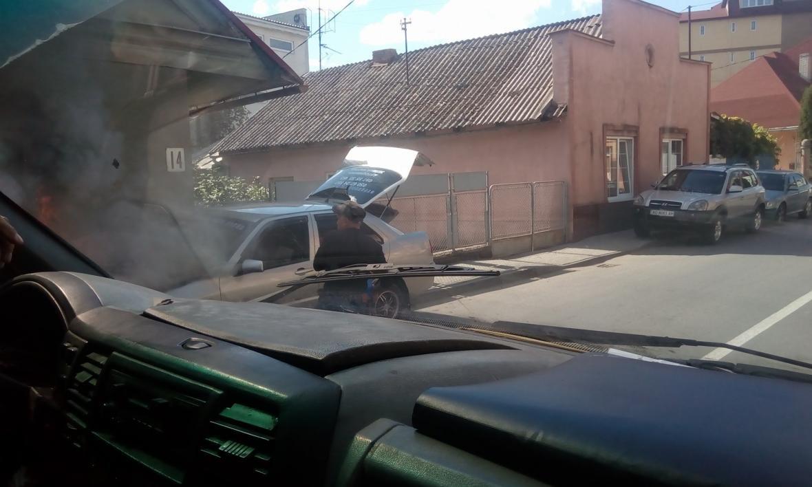 В Ужгороді на Підгірній біля дороги загорілось авто: фото, фото-2