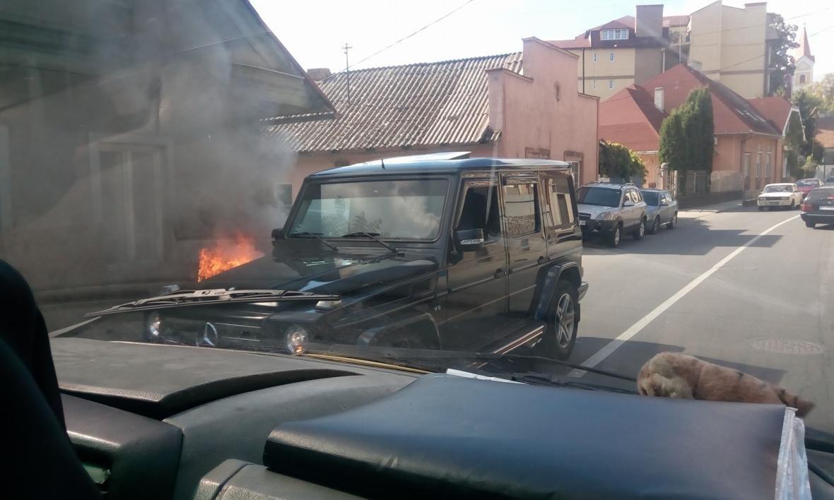 В Ужгороді на Підгірній біля дороги загорілось авто: фото, фото-1