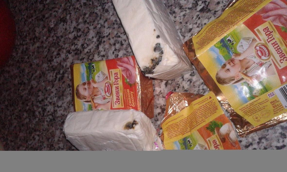 В Ужгороді в одному із магазинів жінці продали сирки, покриті цвіллю: фото, фото-5