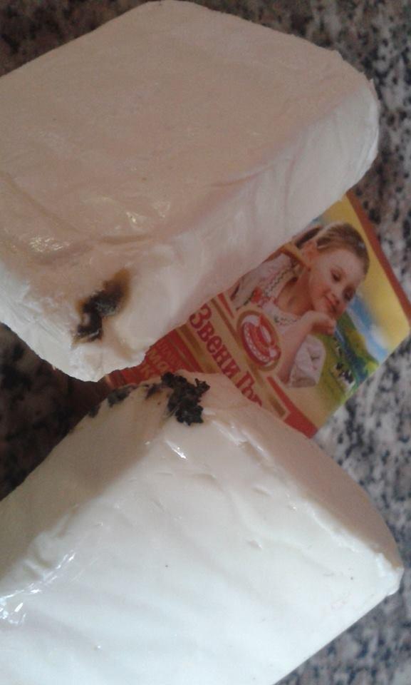 В Ужгороді в одному із магазинів жінці продали сирки, покриті цвіллю: фото, фото-1