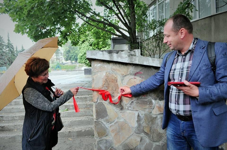 В Ужгороді побільшало на одну фірмову міні-скульптурку: фото, фото-2