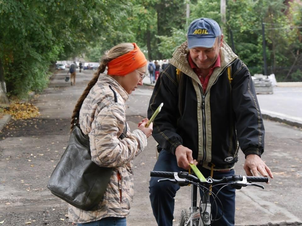В Ужгороді пригощали печивом та кавою тих, хто їхав на роботу велосипедом: фото, фото-2