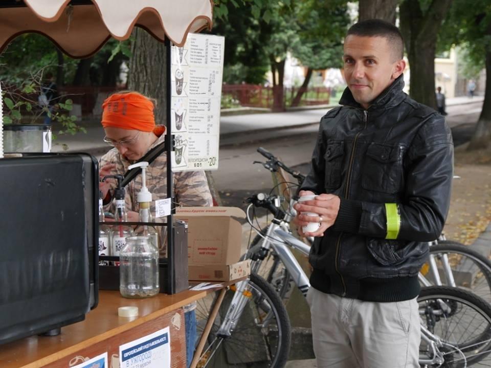 В Ужгороді пригощали печивом та кавою тих, хто їхав на роботу велосипедом: фото, фото-6