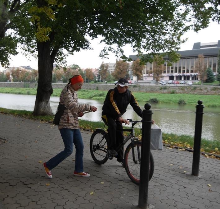 В Ужгороді пригощали печивом та кавою тих, хто їхав на роботу велосипедом: фото, фото-8