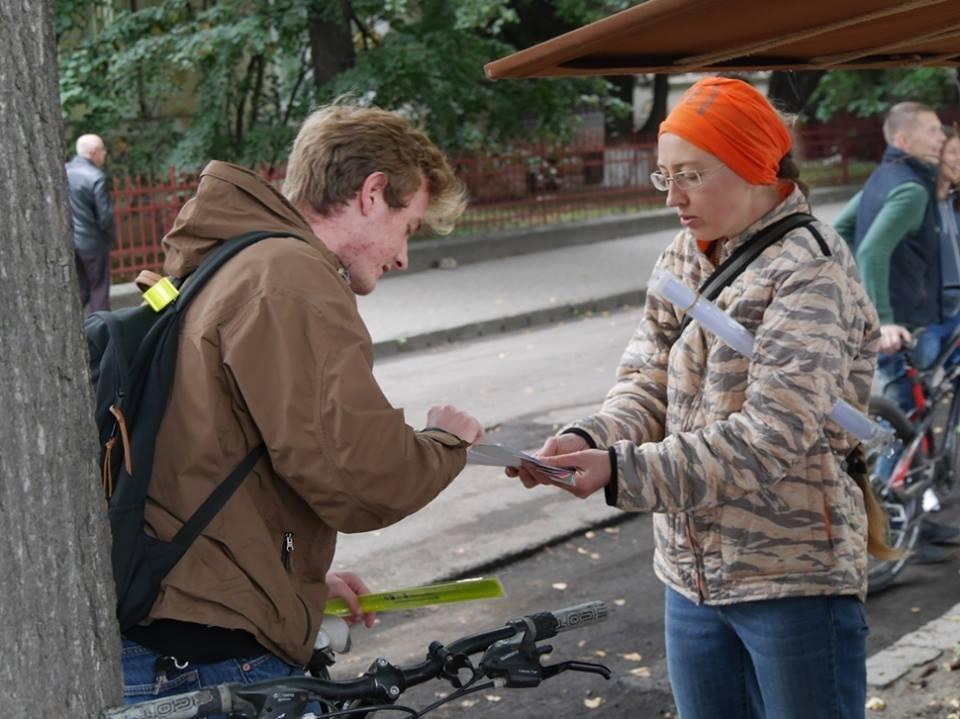 В Ужгороді пригощали печивом та кавою тих, хто їхав на роботу велосипедом: фото, фото-1
