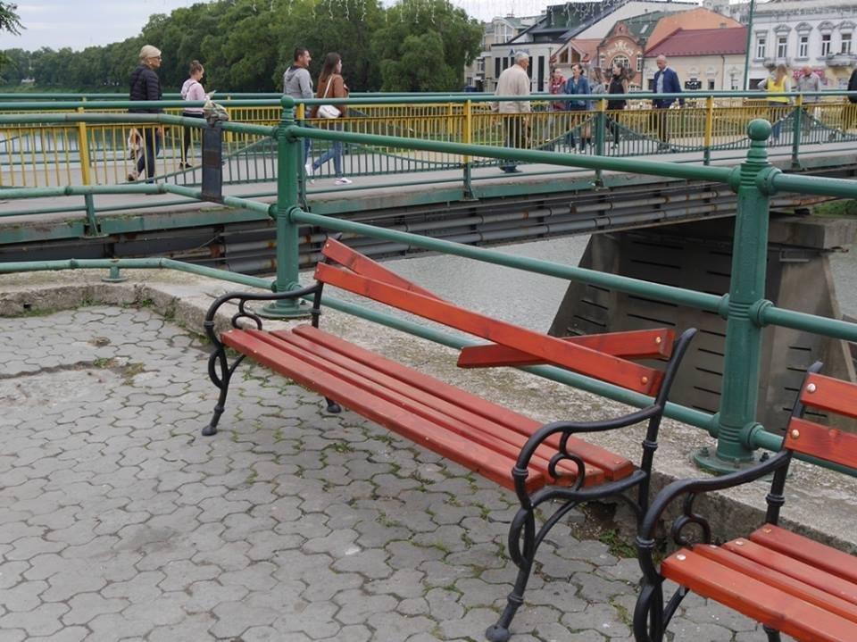 Ужгородські вандали понищили нещодавно встановлені на Театральній лавиці: фото, фото-4