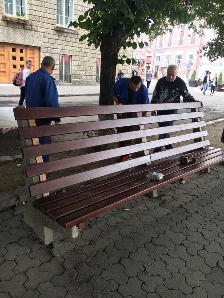 Ужгородські вандали понищили нещодавно встановлені на Театральній лавиці: фото, фото-5