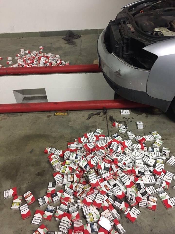 """В Ужгороді митники відібрали у чоловіка """"Ауді"""" через 2500 пачок цигарок у спеціальних сховищах: фото, фото-6"""