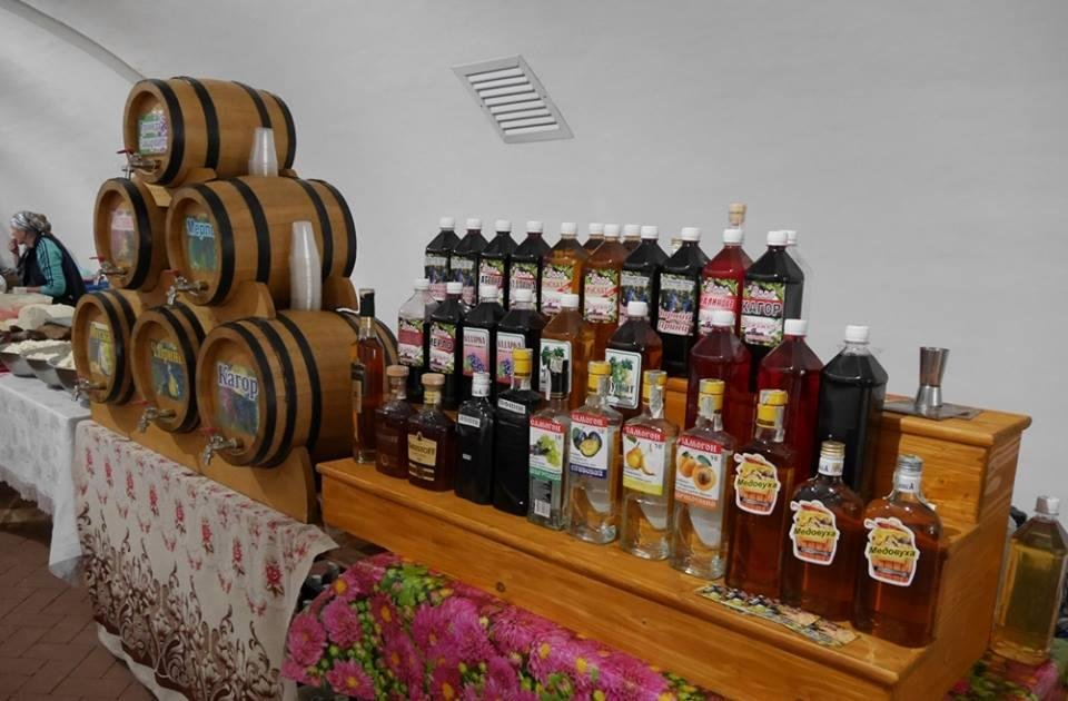 """До дня Ужгорода у підвалах """"Совиного гнізда"""" - продаж вина, меду і сиру: фото, фото-10"""