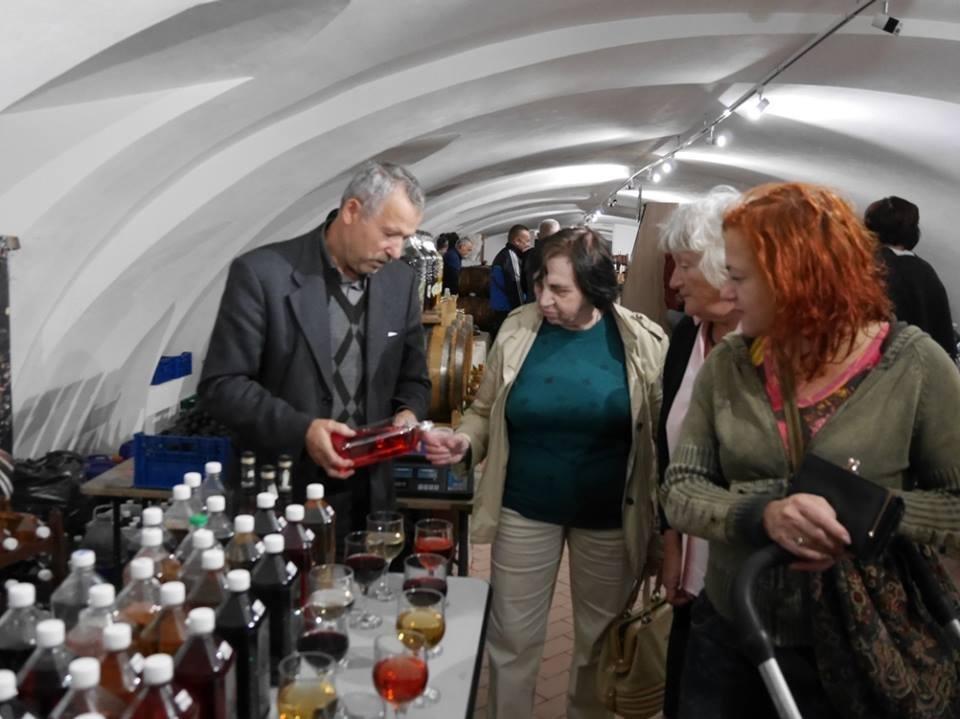 """До дня Ужгорода у підвалах """"Совиного гнізда"""" - продаж вина, меду і сиру: фото, фото-4"""