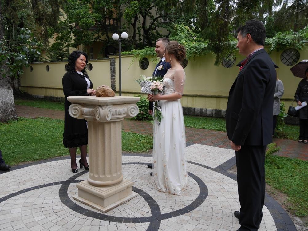 """Доторкніться і кохання стане сильнішим: в Ужгороді встановили """"Камінь любові"""" (ФОТО), фото-2"""