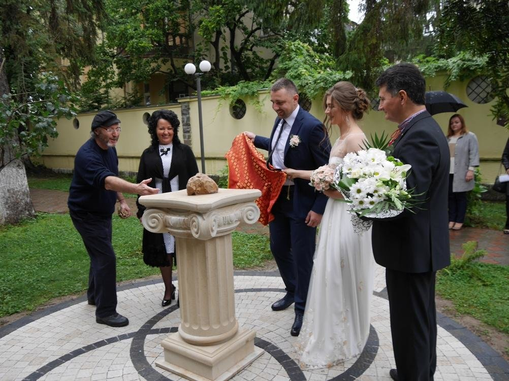 """Доторкніться і кохання стане сильнішим: в Ужгороді встановили """"Камінь любові"""" (ФОТО), фото-1"""