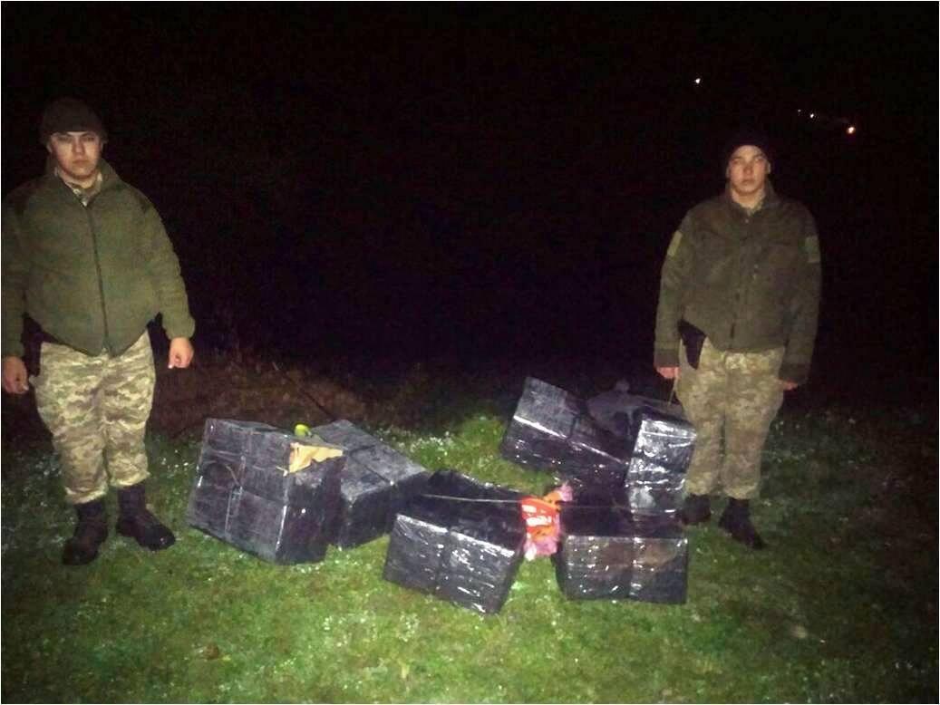 Біля кордону із ЄС закарпатські контрабандисти, втікаючи від прикордонників, викинули 3000 пачок цигарок: фото, фото-1
