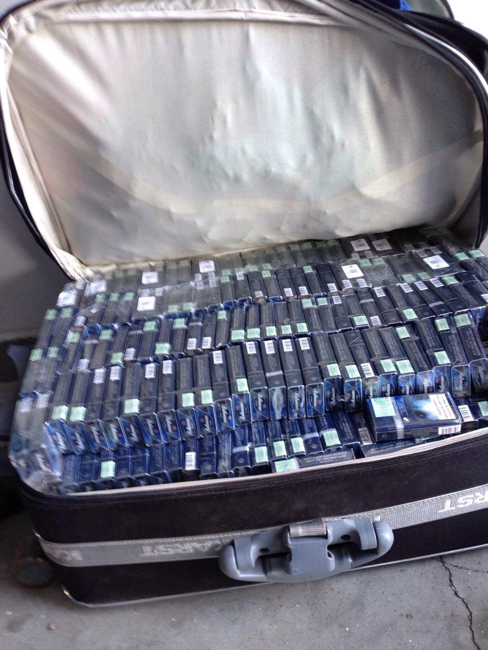 На Закарпатті журналіст хотів провезти до Словаччини 2,5 кг бурштину та 10 тисяч пачок цигарок: фото, фото-5