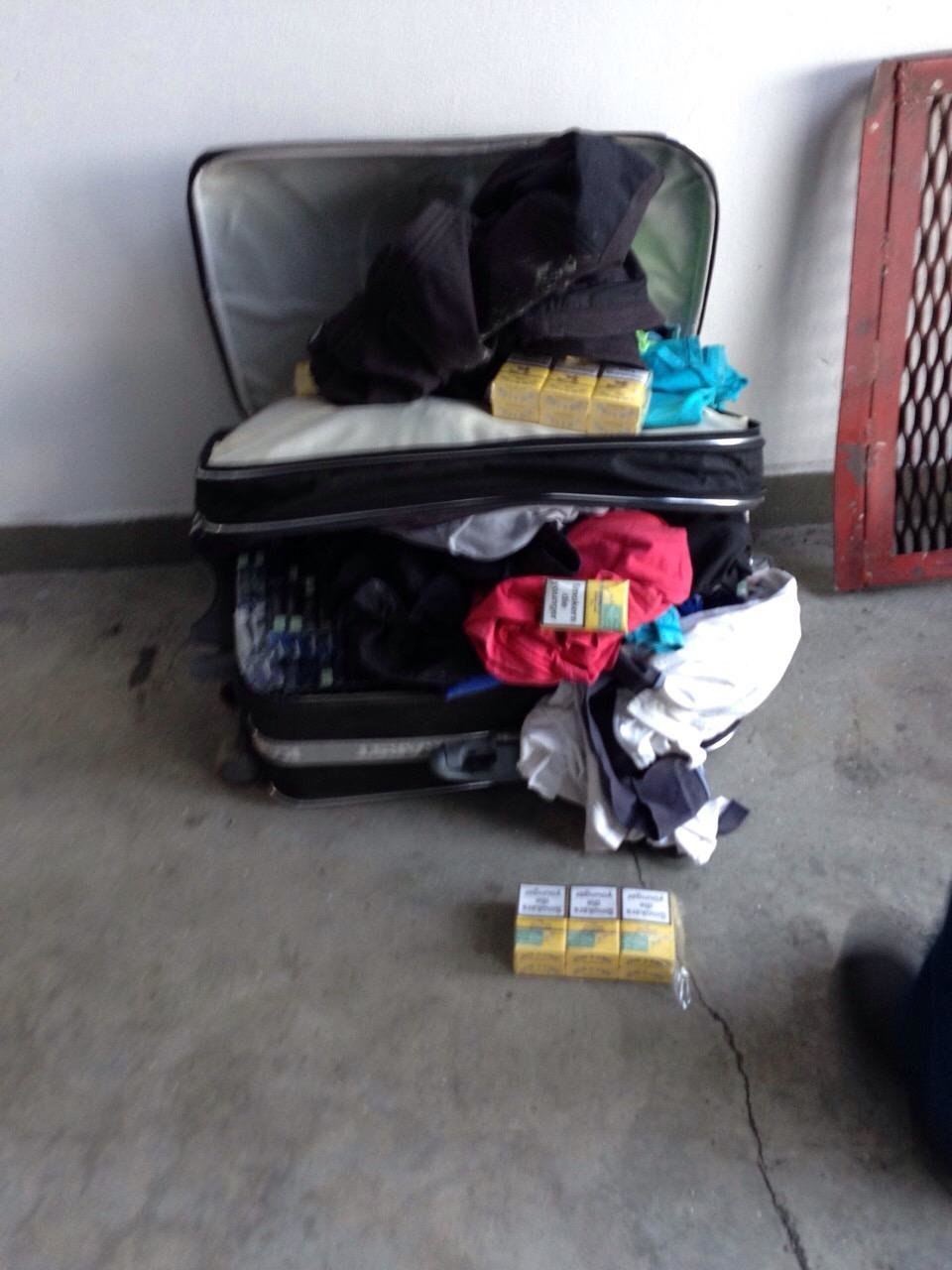 На Закарпатті журналіст хотів провезти до Словаччини 2,5 кг бурштину та 10 тисяч пачок цигарок: фото, фото-2