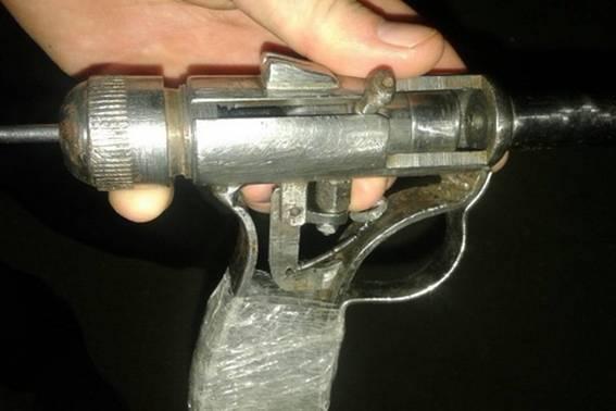 У Берегові чоловік прийшов із саморобною зброєю на заправку: фото, фото-2