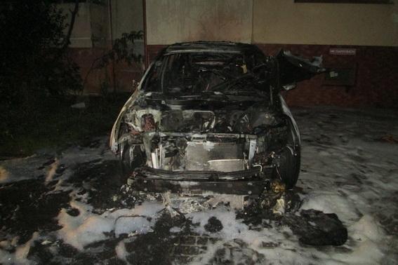 """В Ужгороді серед ночі підпалили """"Субару"""": авто згоріло вщент (ФОТО), фото-1"""