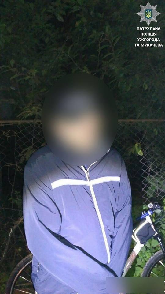 В Ужгороді патрульні знайшли у чоловіка, який серед дороги ремонтував велосипед, 170 г наркотиків: фото, фото-2