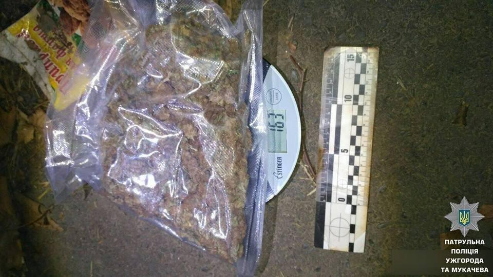 В Ужгороді патрульні знайшли у чоловіка, який серед дороги ремонтував велосипед, 170 г наркотиків: фото, фото-3