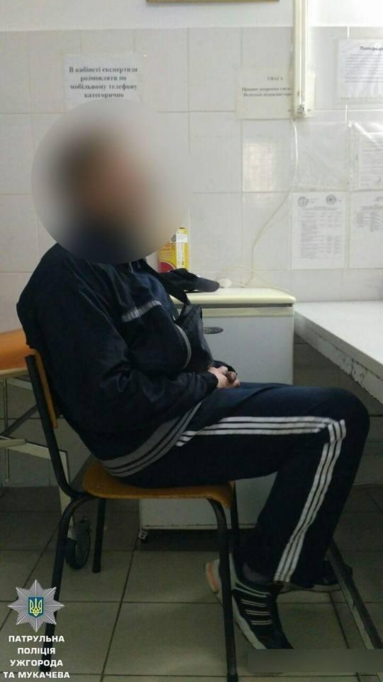 В Ужгороді патрульні знайшли у чоловіка, який серед дороги ремонтував велосипед, 170 г наркотиків: фото, фото-1