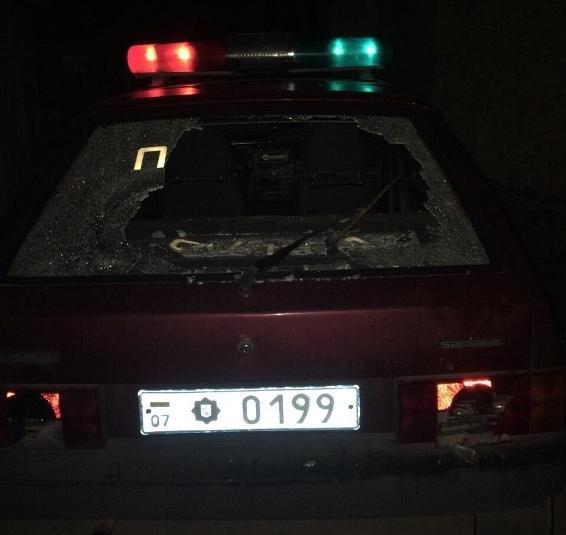Біля Ужгорода агресивне подружжя розтрощило авто поліції: фото, фото-2