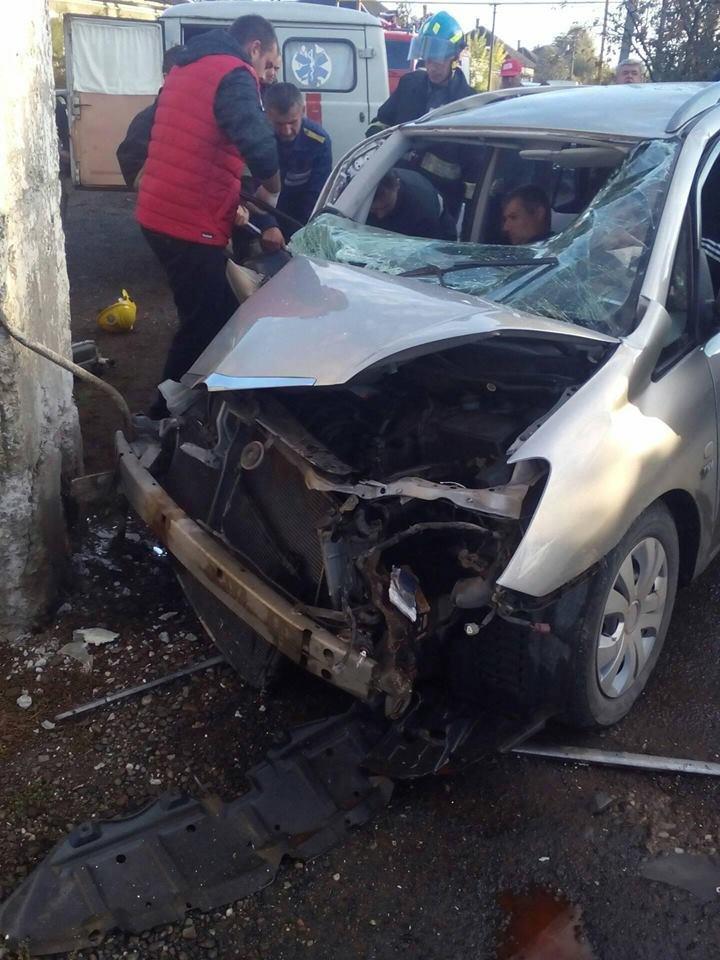 """У Виноградові  """"Тойота"""" врізалася у бетонну огорожу: водія виймали із розбитого авто (ФОТО), фото-2"""
