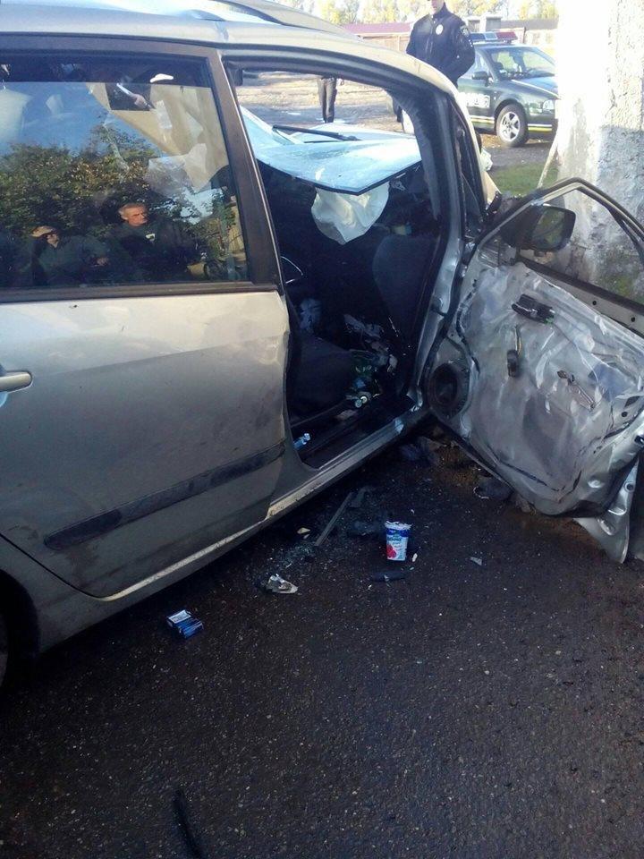 """У Виноградові  """"Тойота"""" врізалася у бетонну огорожу: водія виймали із розбитого авто (ФОТО), фото-1"""