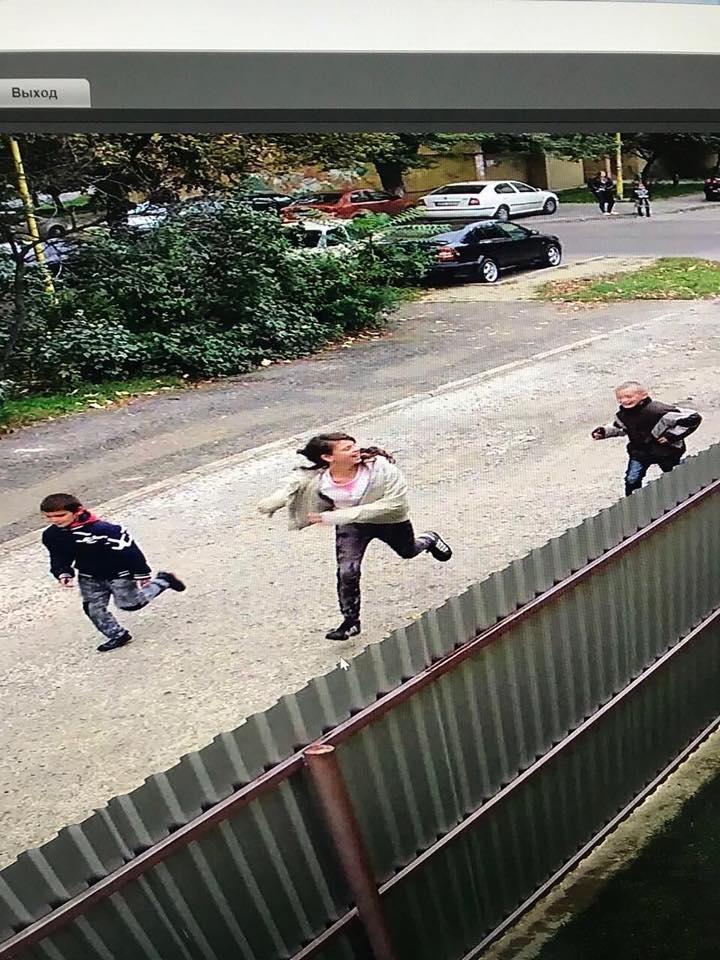 Ужгородка опублікувала відео, як троє дітей на Минайській ламають нещодавно посаджену сакуру, фото-1